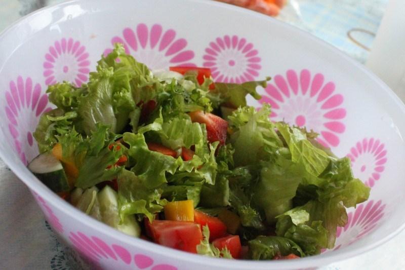 Salaattia tehtiin jokaisella lämpimälle aterialle.