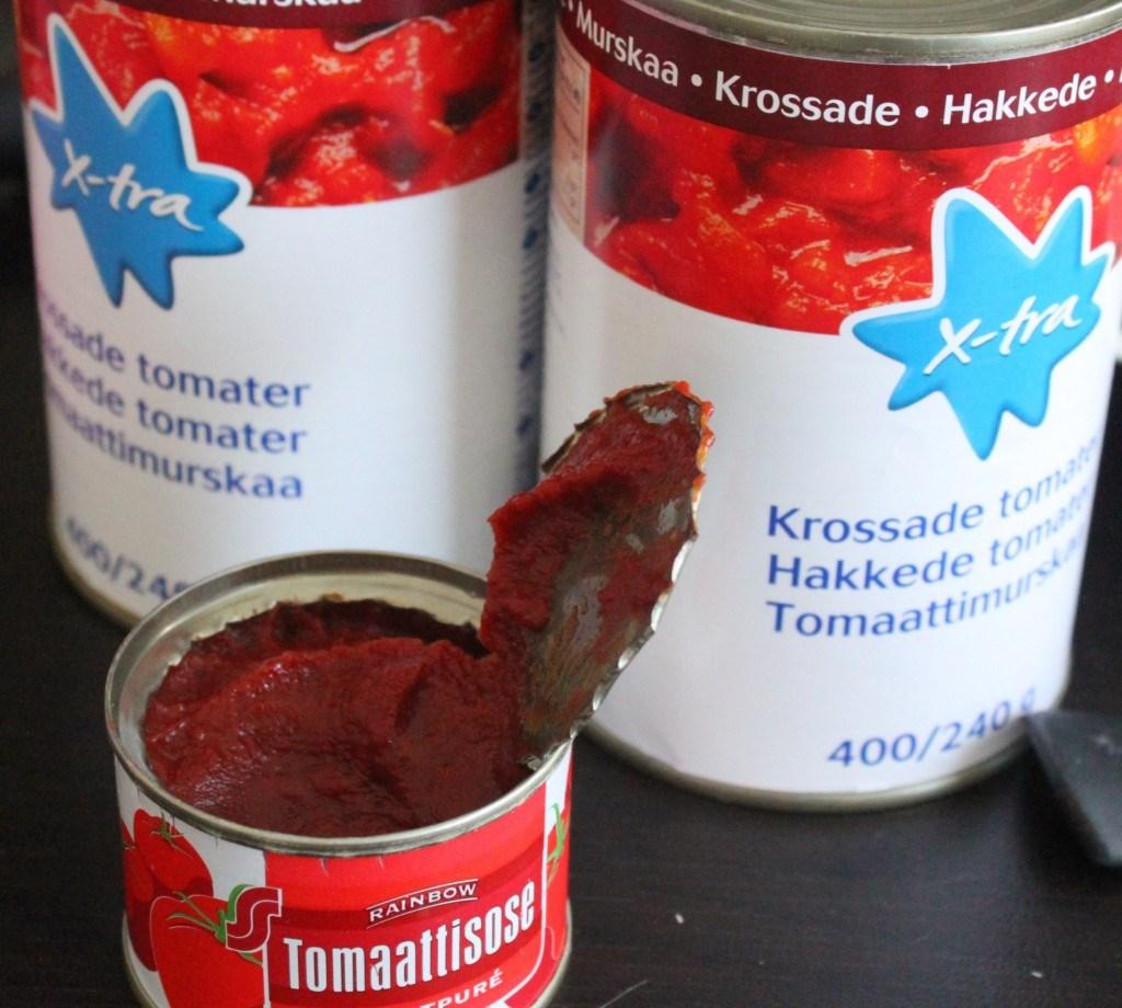 Lisää tomaattimurskat ja tomaattisose.