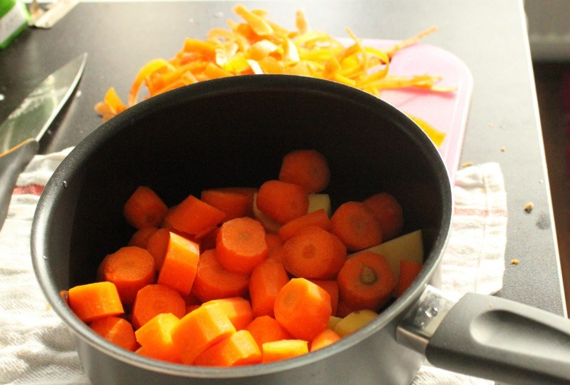Porkkanat ja peruna kuorittu ja pilkottu.
