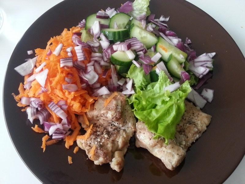 Kanaa, salaattia, porkkanaraastetta, punasipulia, öljyä ja kurkkua.