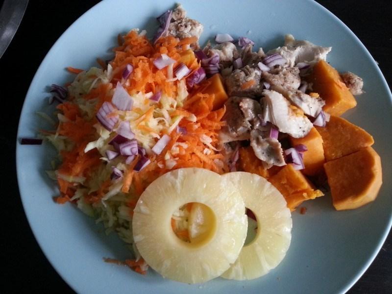 Bataattia, ananasta, punasipulia, porkkana- ja kesäkurpitsaraastetta, kanaa ja ananasta.