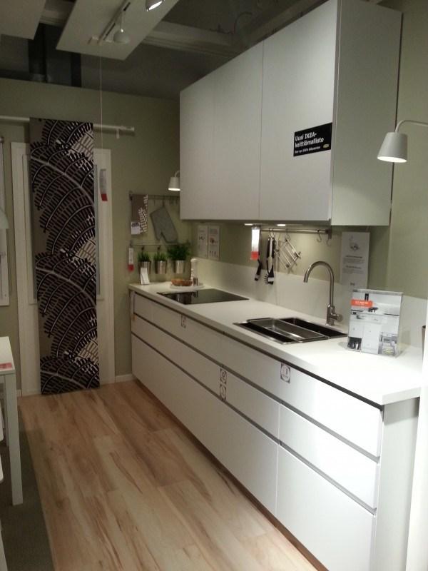 Tää olis saman mallinen kuin meidän keittiö :)