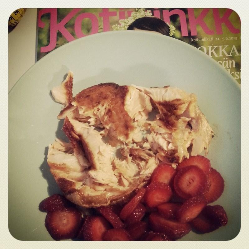 Iltalukemista ja iltapalaa: lohta ja mansikoita.