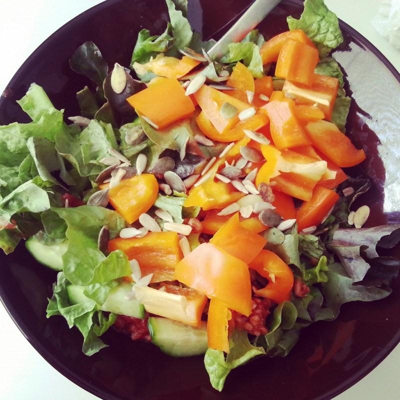 Aamupalalla jauhelihaa, punasipulia, kurkkua, paprikaa ja salaattia kera siementen.