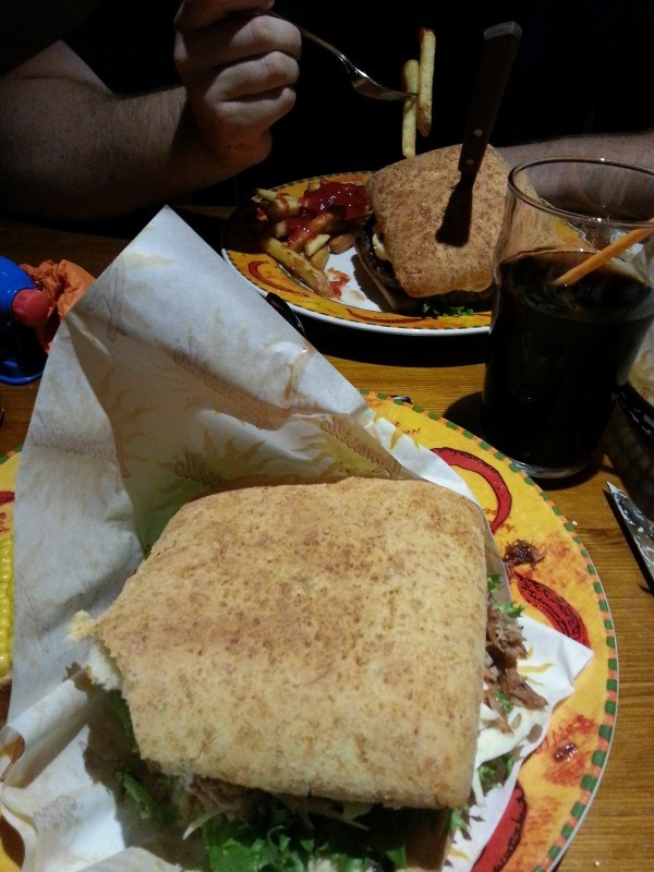 Mies tilasi XXL-burgerin ja mä pork sandwichin.