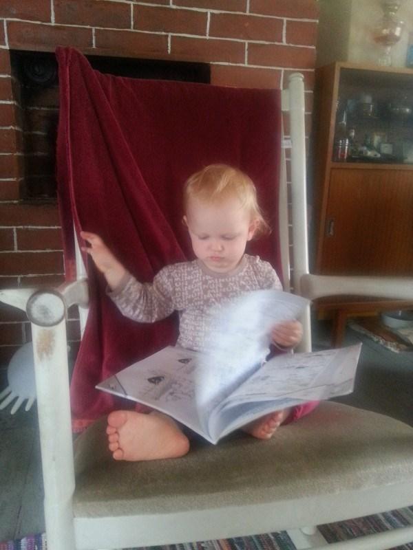 Hän osaa itsekseen lukea jo  muumikirjaa :)