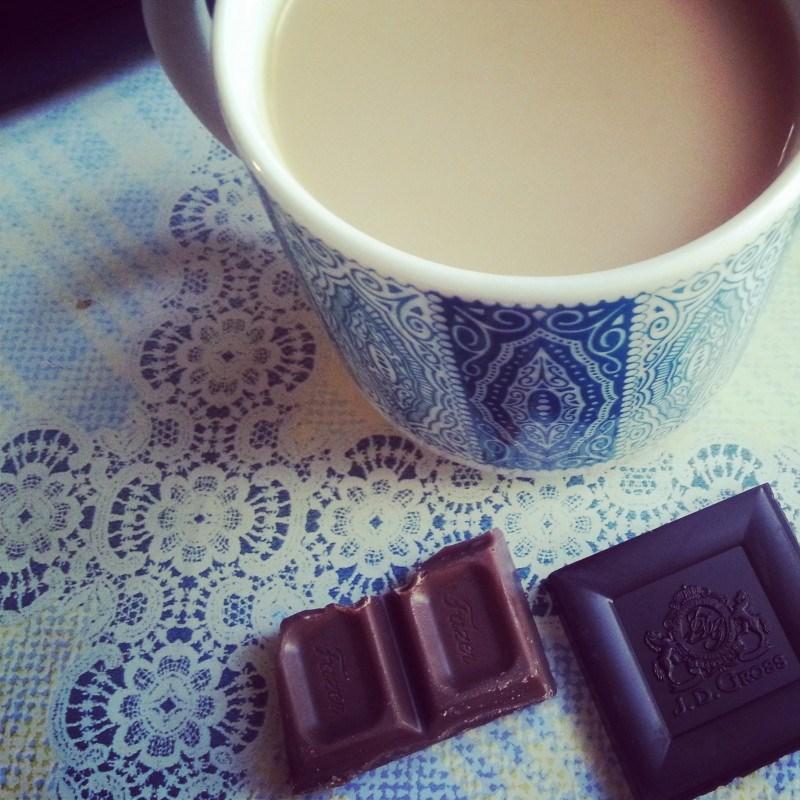 Kahvin kanssa suklaata pala tai pari: Tumma 81% suklaa vs Fazerin sininen. Kumpi voittaa?