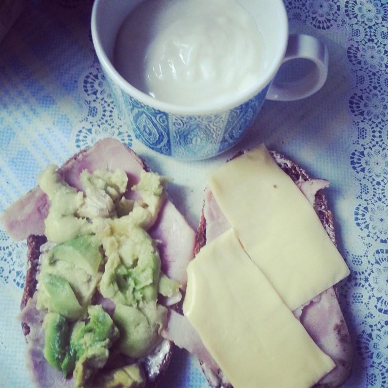 Luomujogurttia ja parit sandwichit perjantaiaamuna.