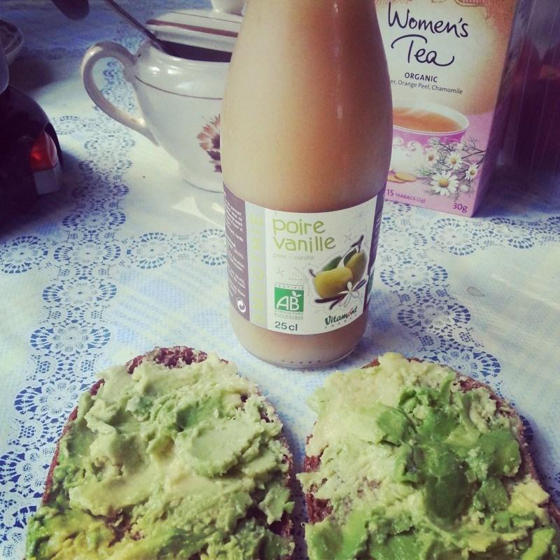 Tänään aamupalalla avocado-leipiä ja luomutar.fin luomu smoothieta.