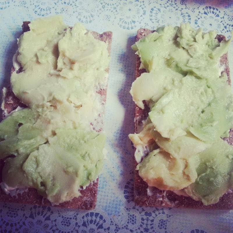 Aamu alkoi avocado-näkkäreillä.