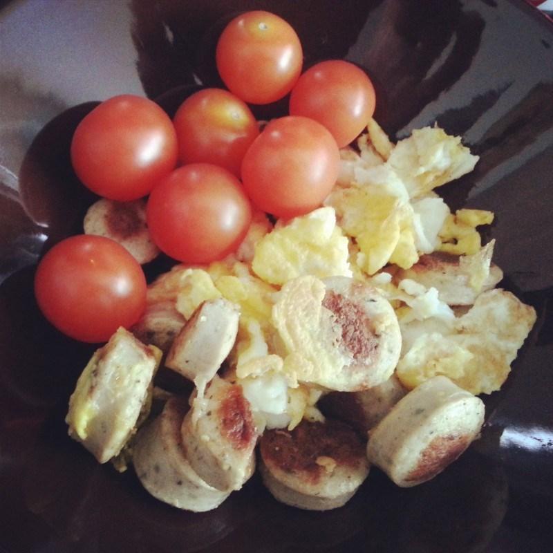 Aamupalaa eiliseltä: makkaraa, luomumunia ja kirsikkatomaatteja.
