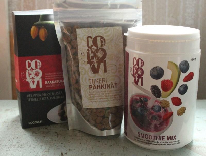 Raakasuklaan valmistuspaketti, tiikeripähkinöitä ja smoothie mix.