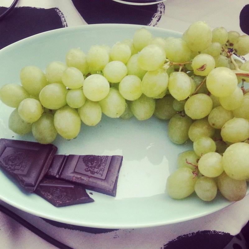 Eilen välipalaa: 81% suklaata ja viinirypäleitä.