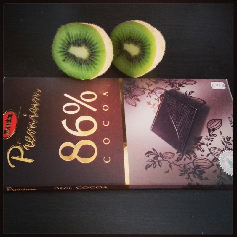 Eilinen snack: tummaa suklaata ja kiivi.