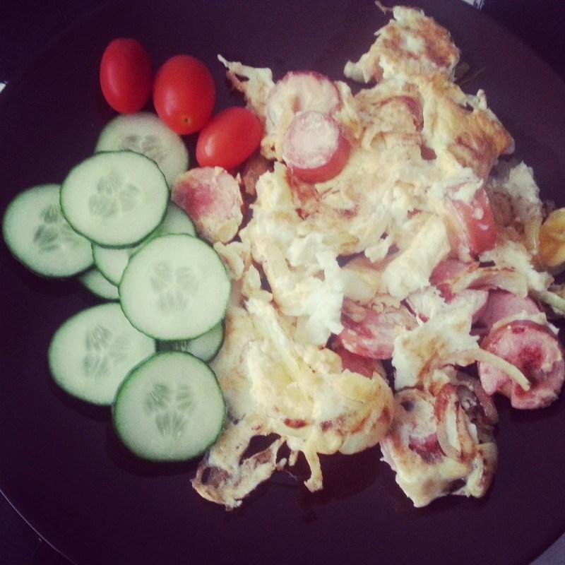 Tänään lounaalla munia, makkaraa, sipulia ja vihanneksia.