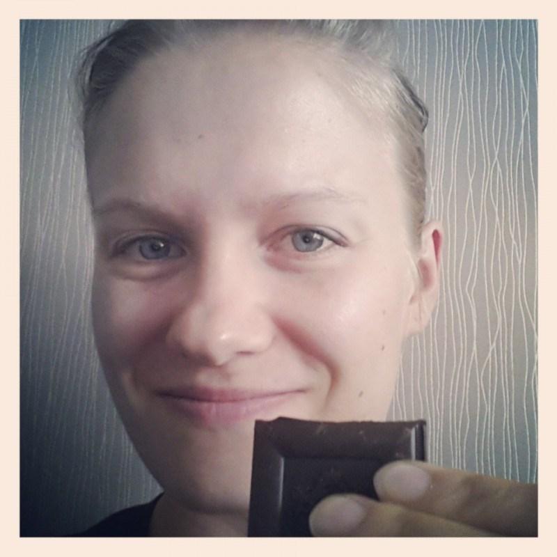 Pala tummaa suklaata päivässä pitää tytön järjissään ;)