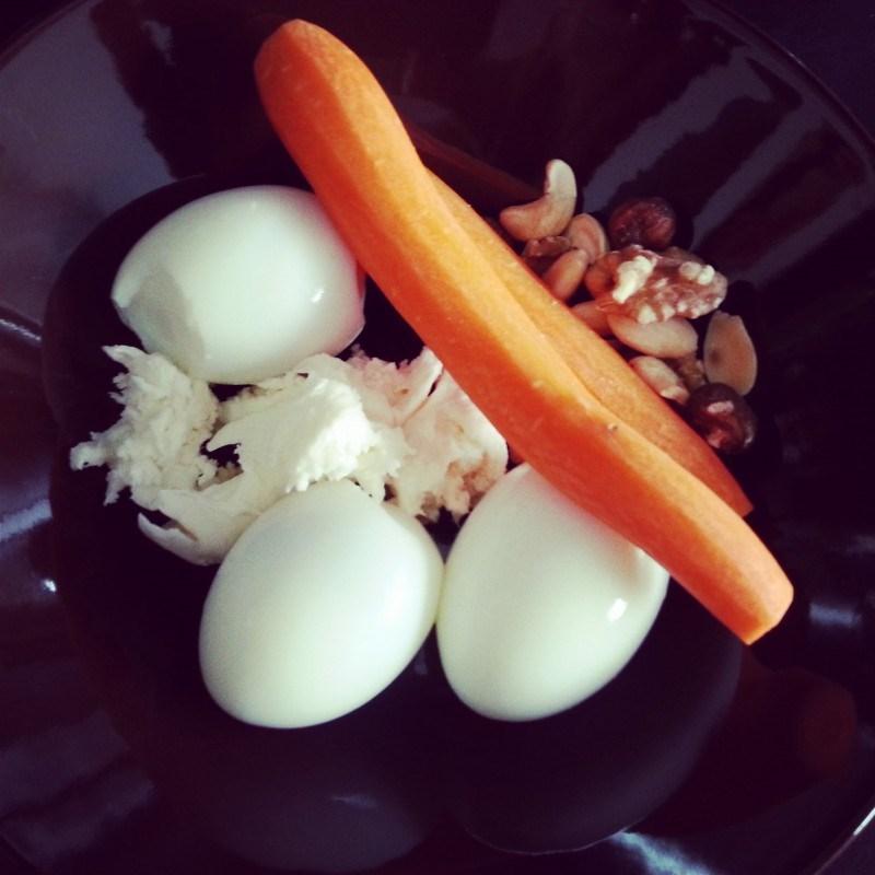 Torstaina ennen treeniä munia, mozzarellaa, pähkinöitä ja porkkanoita. Hyvin jaksoin jumpata!