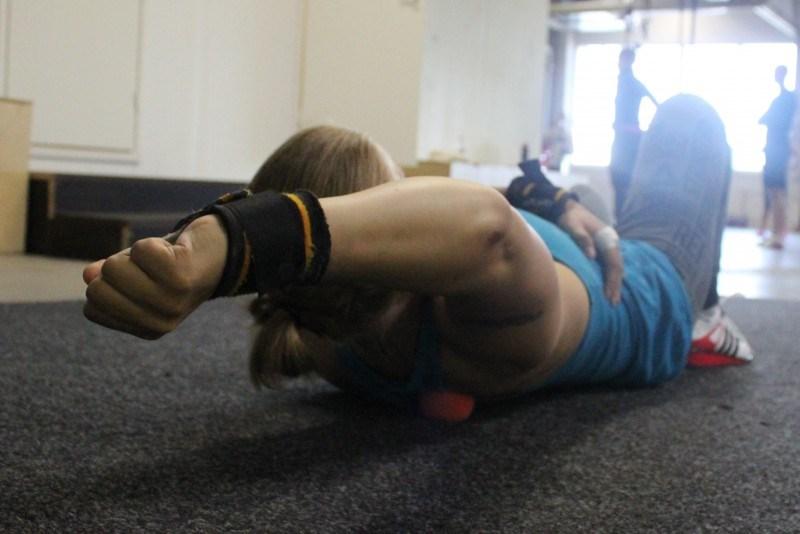 Lataa kunnolla painoa pallon päälle ja lähde hitaasti liikuttelemaan kättä suorana pään päälle  ja ja siitä alas päin.