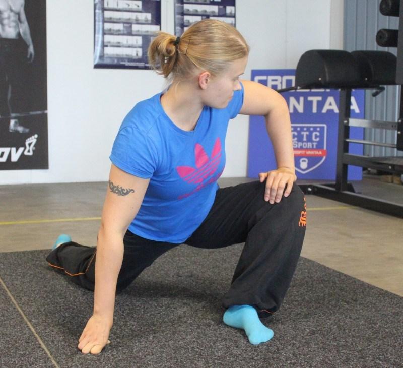 Käännä napa kohti polvea ja työnnä kädellä polvea ulospäin. Pidä nilkka suorana ja jalkapohja lattiassa. Tee pientä pyörittävää liikettä polvella kahden minuutin ajan. Tee sama toiselle jalalle.