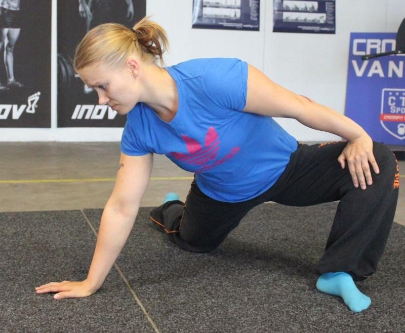 Käännä napa pois päin polvesta ja työnnä kädellä polvea ulospäin. Pidä nilkka suorana ja jalkapohja lattiassa. Tee pientä pyörittävää liikettä kahden minuutin ajan. Tee sama toiselle jalalle.
