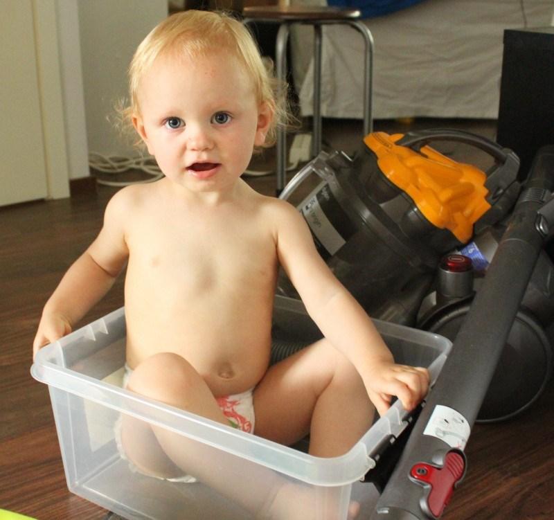 Kotona oli odottamassa perinteinen lapsi laatikossa sekä imuri keksellä lattiaa-tilanne :D