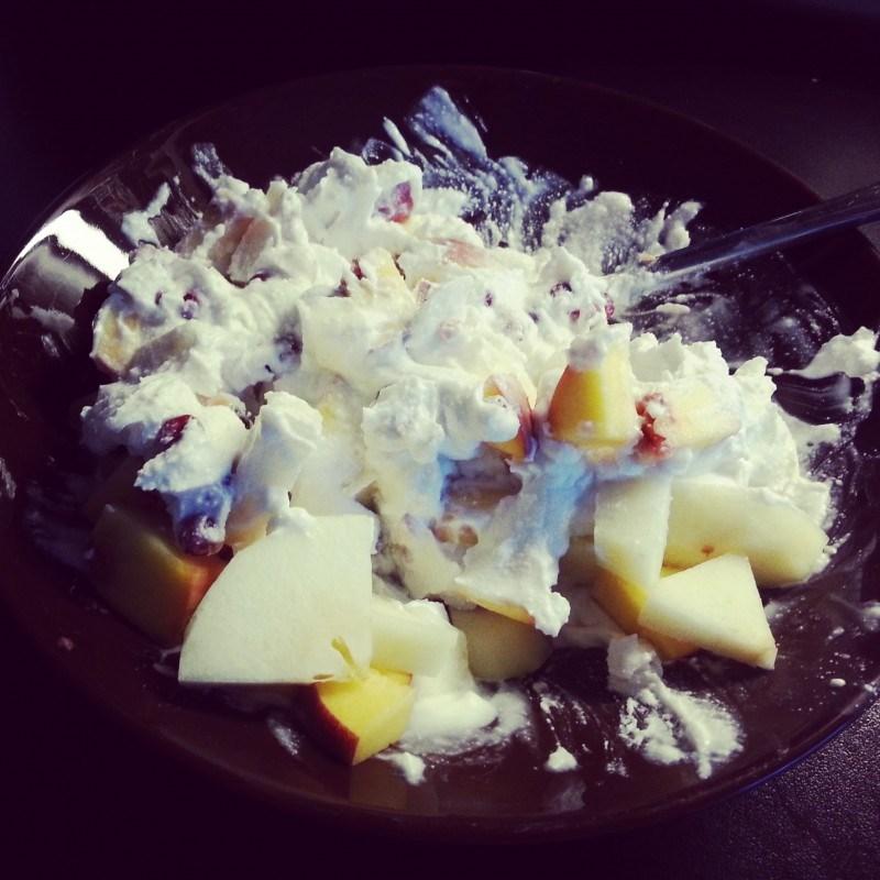 Eilen iltapalalla kookoskermaa, puolukoita, päärynää ja persikkaa.