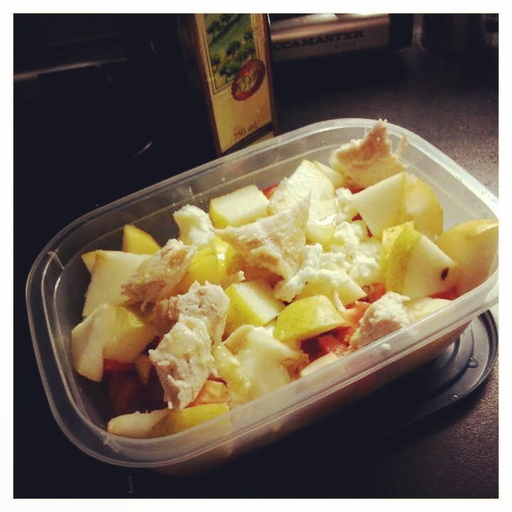 Töissä sentään salaatti linjalla: kanaa, fetajuustoa, päärynää, oliiviöljyä, paprikaa ja kurkkua.
