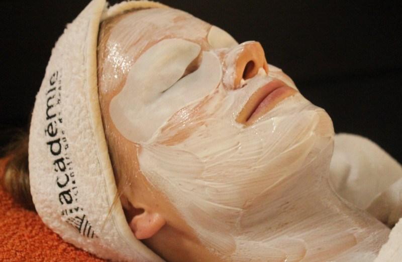 Tässä kasvoilla ja silmillä kosteuttava naamio.