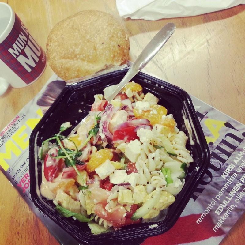 Perjantaina hain duuniin tosi hyvän salaatin Tikkurilan Kulmakonditoriosta. Kanaa & fetaa chilikastikkeella!