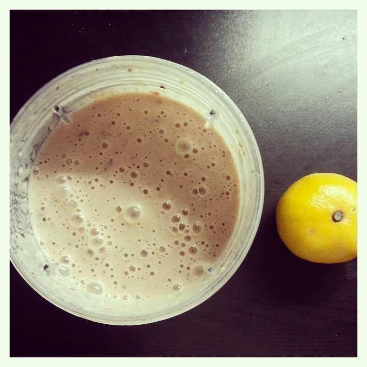 Smoothie, jossa puolukkaa, mustikkaa, banaania ja avocadoa.