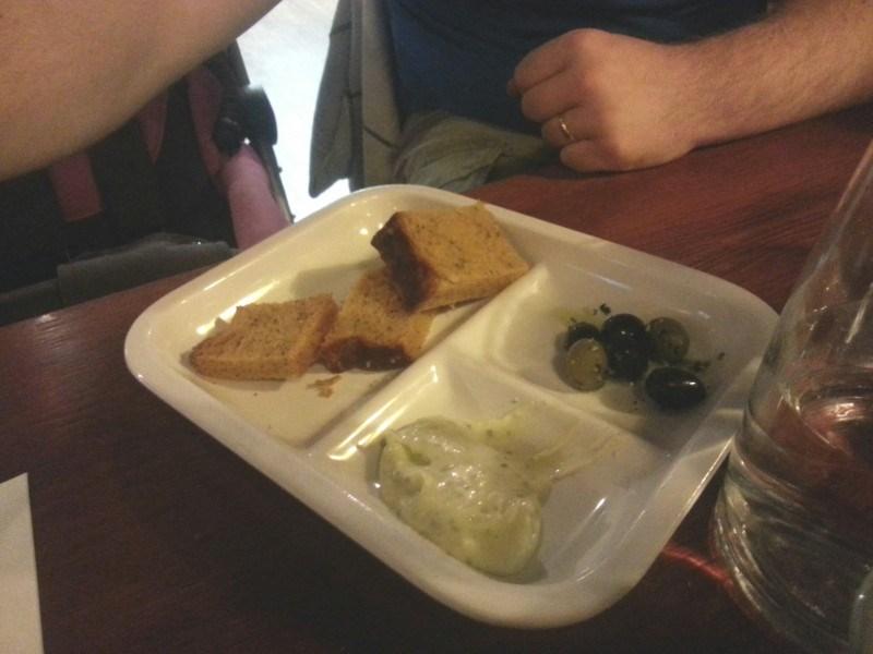 Alkuruoka oli ihanaa leipää ja levitettä :)
