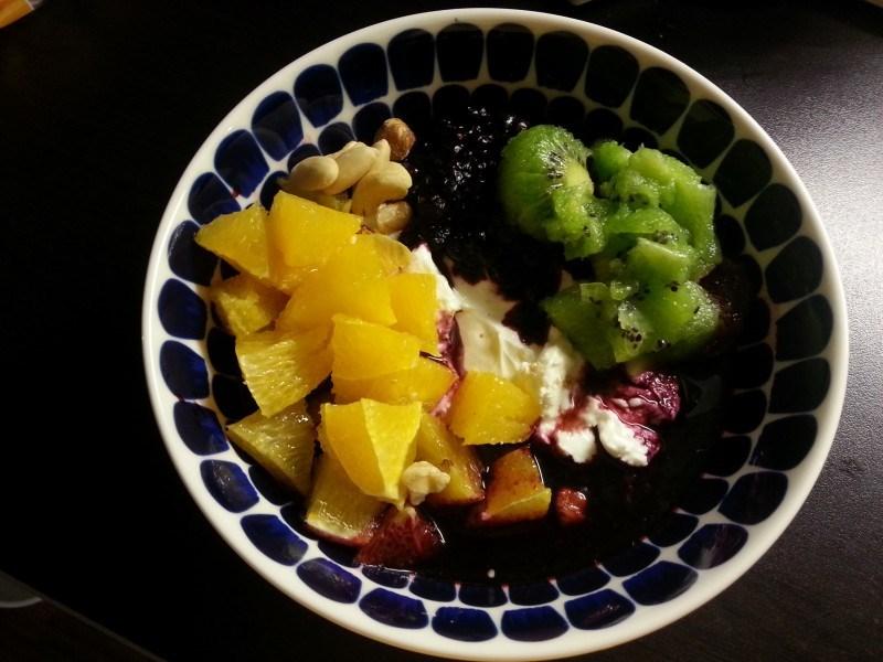 Iltapalaa: turkkilaista jogurttia ja rahkaa, appelsiini, kiivi, mustaviinimarjoja ja pähkinöitä.