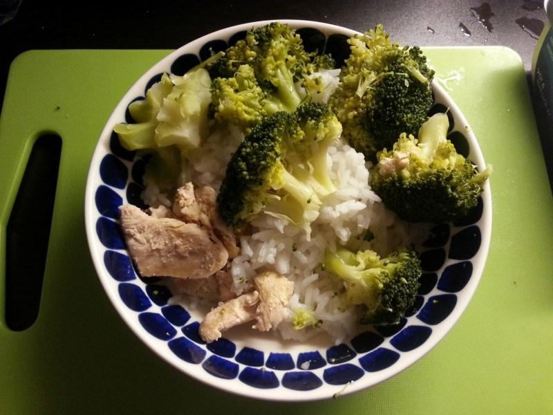 Iltaruualla syötiin perusevästä: riisiä, kanaa ja parsakaalia.