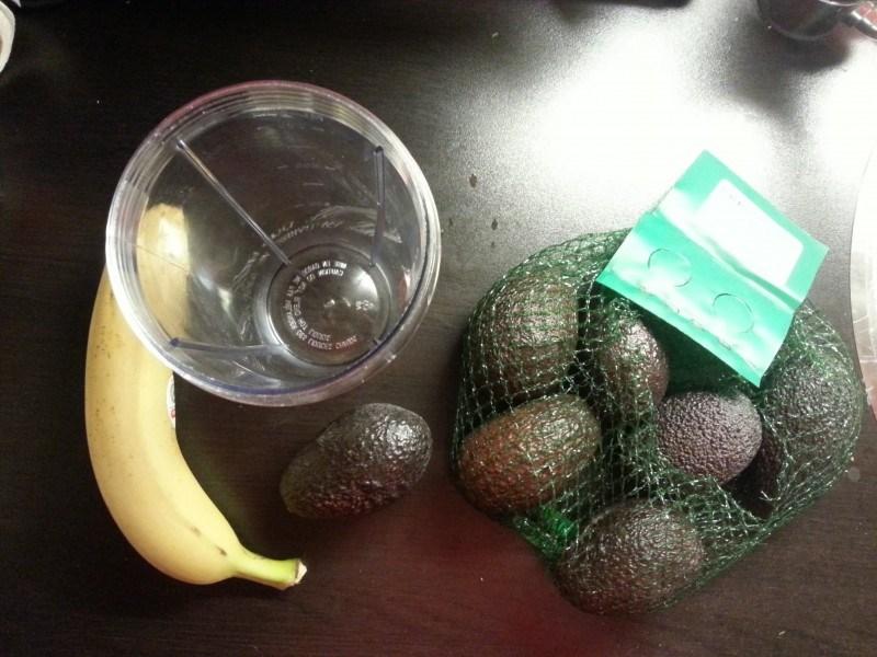 Joka aamuinen smoothie. Perusaineksina avocado ja banaani. Lisäksi pussista heraprotskua.