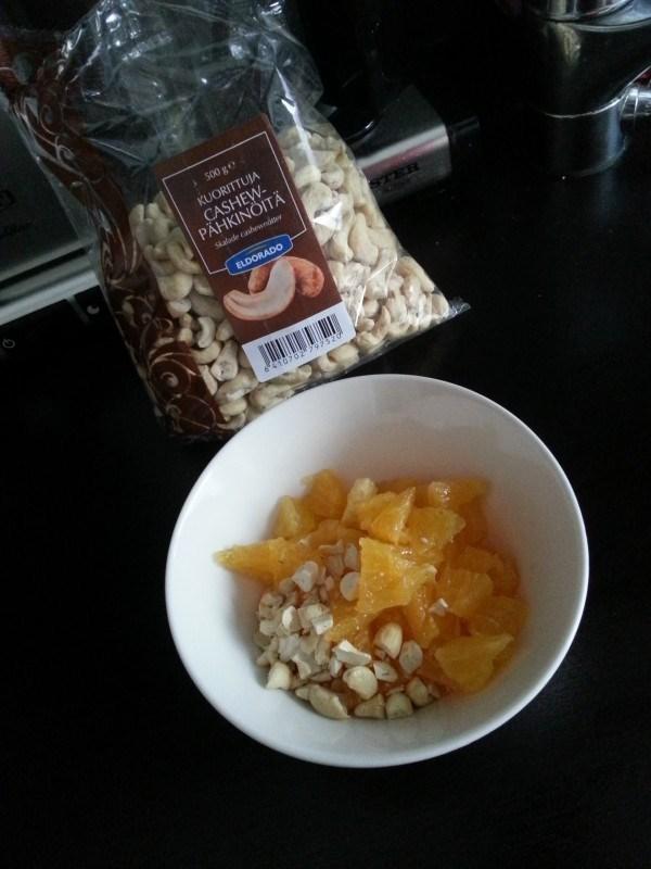 Pienen flunssapotilaan vaatima välipala tiistailta: appelsiinia ja pähkinöitä.