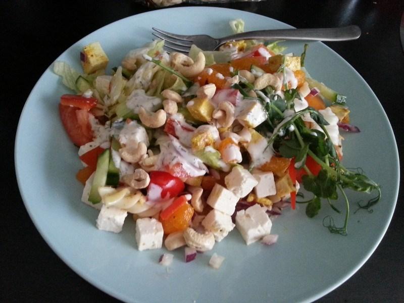 Salaattia lounaaksi.
