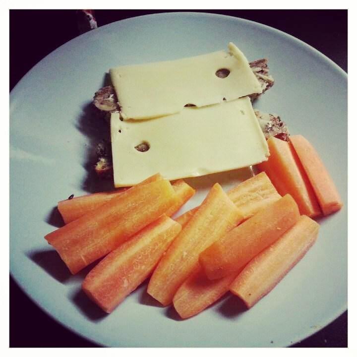 Eilinen pre-aamupala: opma tekemää gluteenitonta leipää ja porkkanoita.