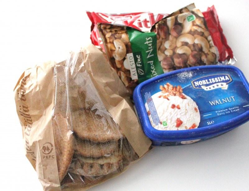 Miehelle KitKateja ja jätskiä, mulle riisipiirakoita ja pähkinöitä.