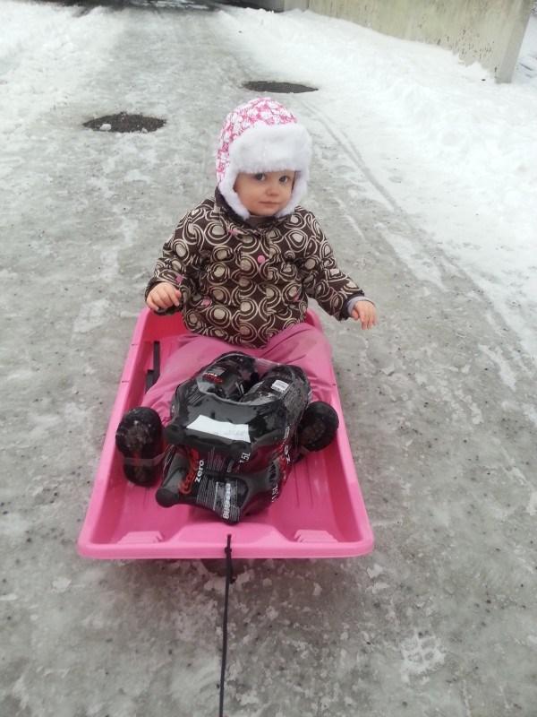 Tyttö sai uuden pulkan. Sopivasti lähti sit lumetkin...
