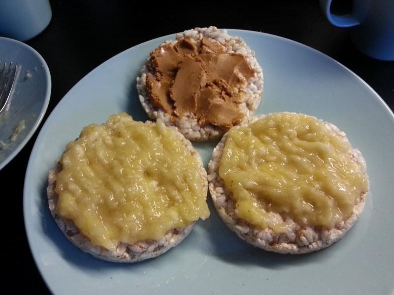 Ennen treeniä riisikakkuja kera maapähkinävoin ja banaanin :)