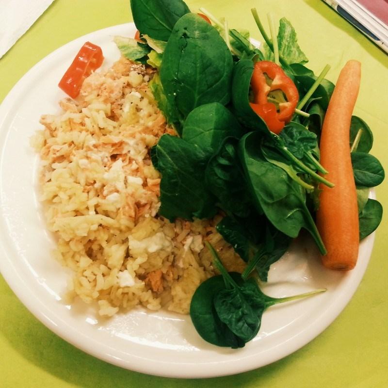 Riisiä, lohta ja vihanneksia. Pääosassa salaatissa pinaatti.