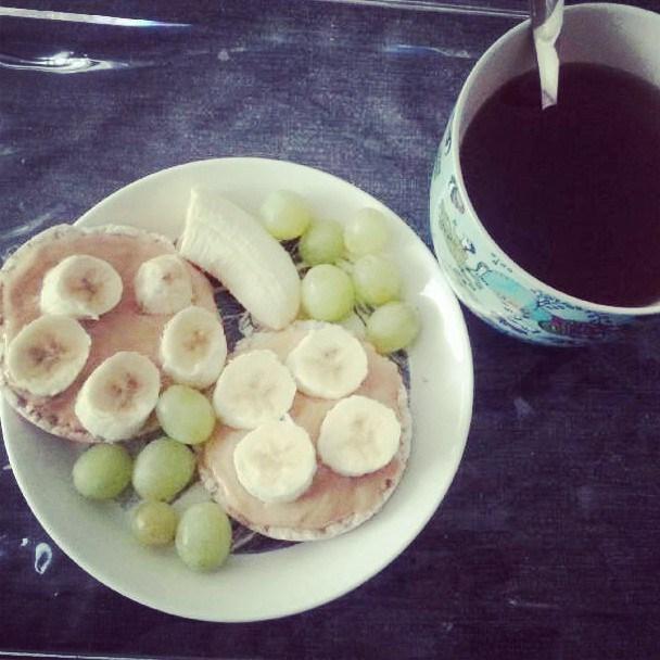 Tän päivän aamupala lääkärireissun jälkeen: riisikakkuja maapähkinävoilla ja banaanilla, hedelmiä ja  pakuriteetä.