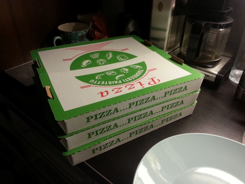 Lauantaina syötiin pizzaa. Pöh, huonot pizzat oli! Ite olisin tehnyt parempaa..