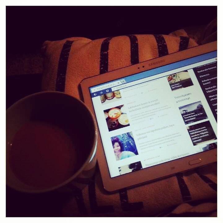 Aamukahvi ja blogien selausta viiden jälkeen aamulla.