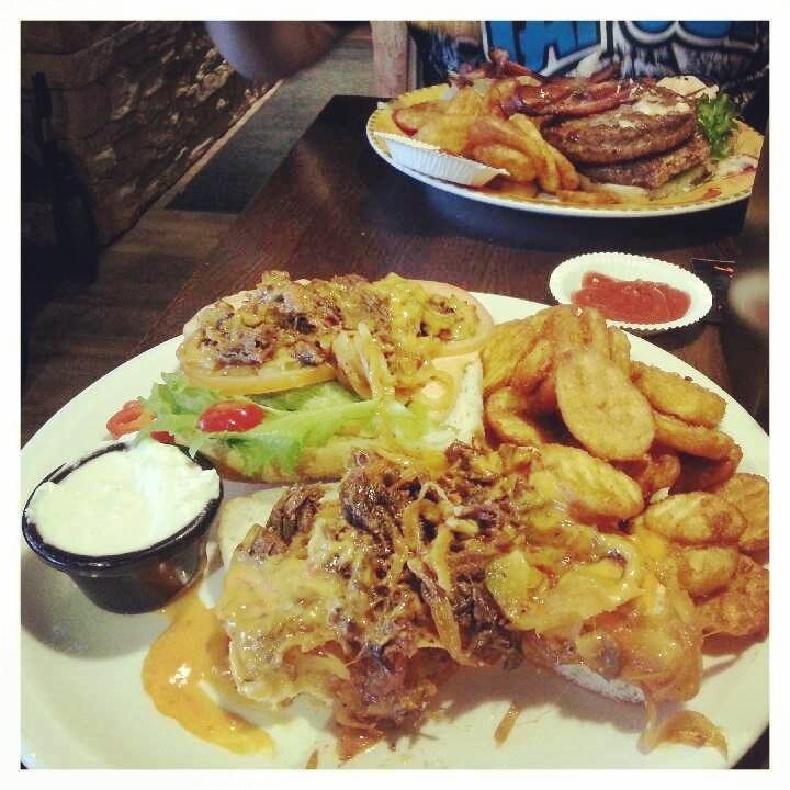 Pääruuaksi mulle beef bollilo ja miehelle Jussi69-burgeri. Oli kuulemma paras burgeri minkä on koskaan syönyt!