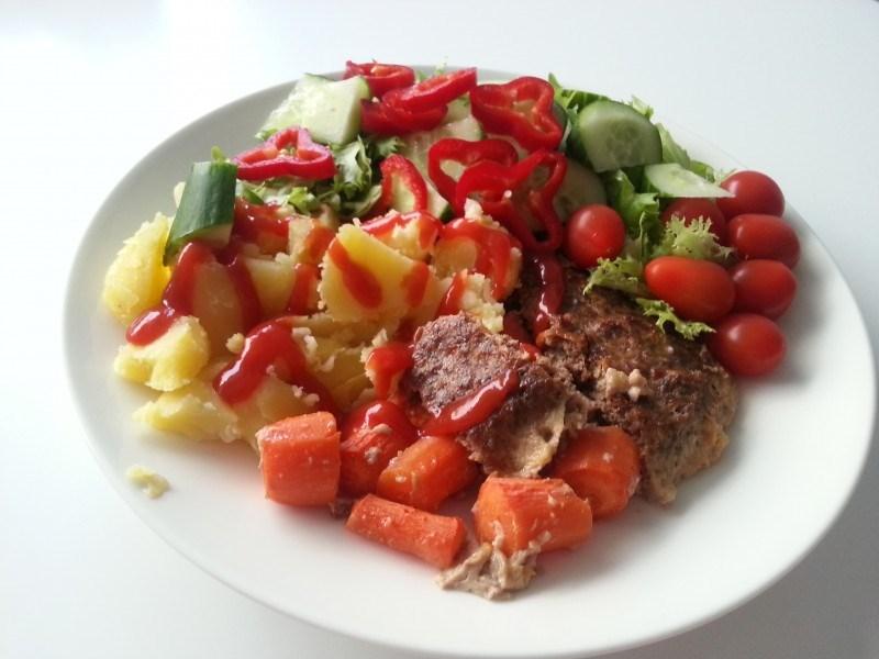 Maanantain illallinen: jauhelihamureketta, peruinoita, porkkanoita ja vihanneksia.