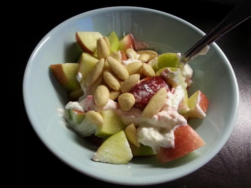 Eilen iltapalalla rahkaa, omenaa, mansikkaa ja manteleita.