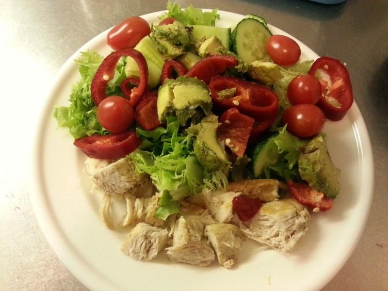 Tänään lounaalla kanaa, avocadoa ja vihanneksia.