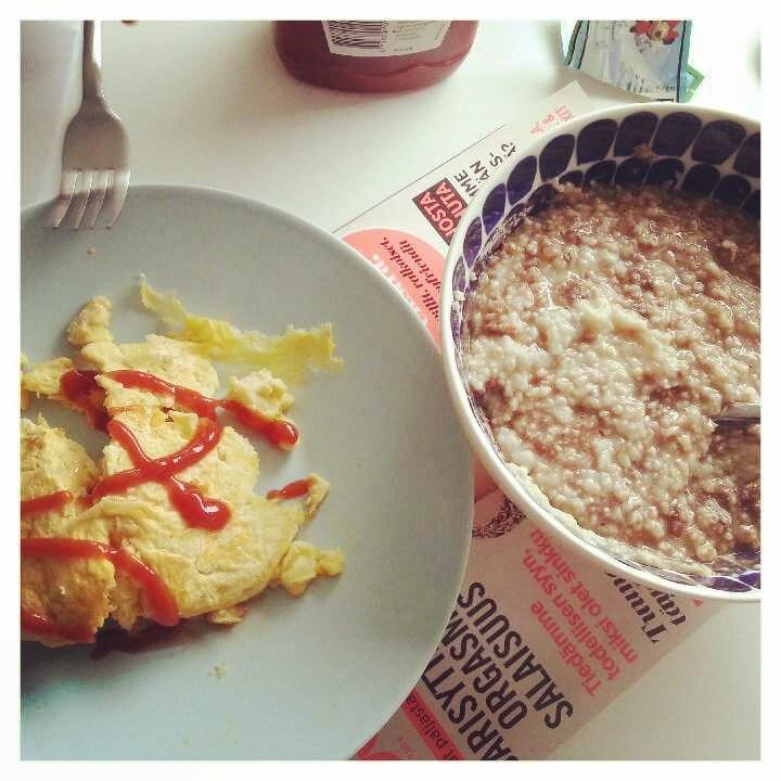 Sunnuntain aamupalaa: suklaapuuroa ja munakasta.