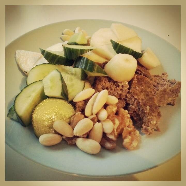 Tiistaina aamupalalla jauhelihamureketta, kurkkua, päärynää, saksanpähkinöitä ja manteleita.